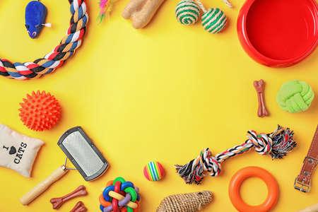 Plat lag samenstelling met accessoires voor hond en kat op kleur achtergrond. Zorg voor huisdieren Stockfoto