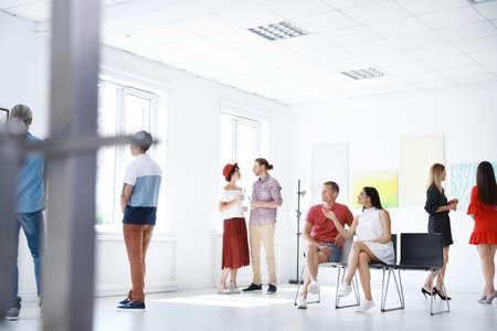 Groupe de personnes lors d'une exposition dans une galerie d'art Banque d'images