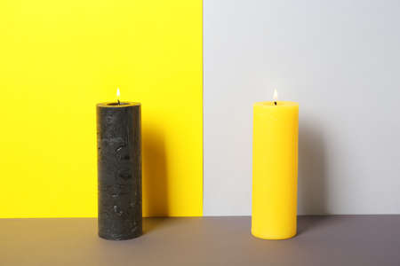 Decorative candles on table against color background Banque d'images