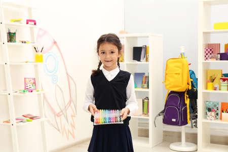 저장소에 학교 문구를 선택하는 귀여운 아이