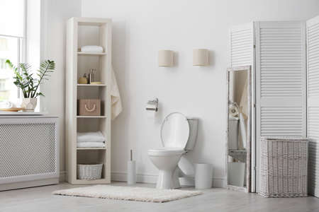 Miska ustępowa w nowoczesnym wnętrzu łazienki Zdjęcie Seryjne