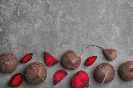 Flat lay composition with ripe beets on grey background Banco de Imagens
