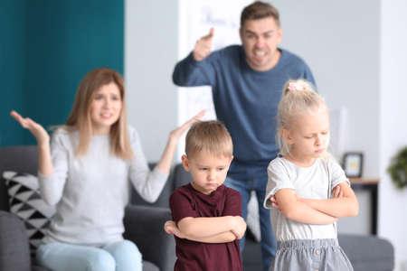 Ouders die hun kinderen thuis uitschelden. Familieconflict Stockfoto