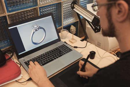 Sieradenontwerper bezig met laptop, close-up Stockfoto