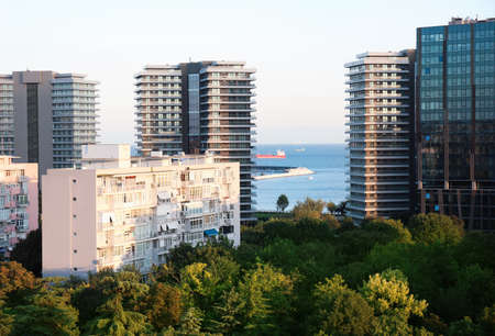 Picturesque view of city with beautiful buildings near sea 免版税图像