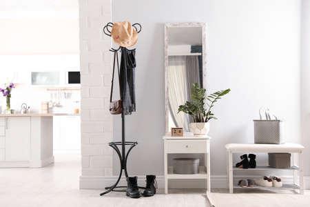 Intérieur de couloir élégant avec grand miroir