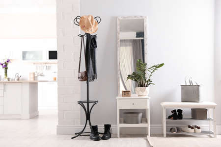 Interior de pasillo elegante con espejo grande