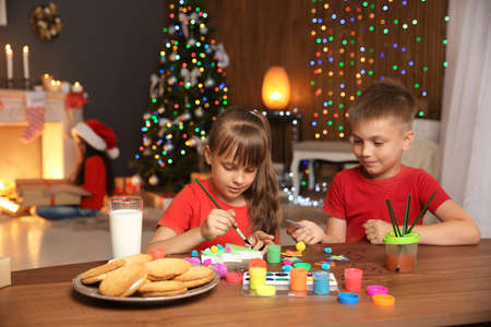 Little child decorating Christmas tree of foam plastic at home Banque d'images - 111407395