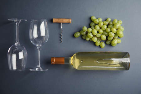 Flat lay composition with fresh ripe juicy grapes on color background Banque d'images