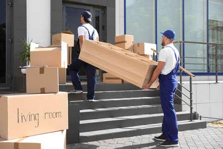 Mâle déménageurs transportant des étagères dans une nouvelle maison Banque d'images