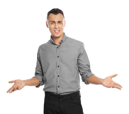 Jeune homme en vêtements décontractés posant sur fond blanc