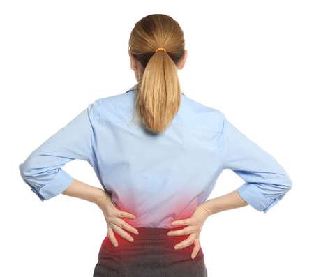 Mujer que sufre de dolor de espalda sobre fondo blanco.