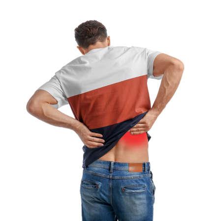 Man die lijdt aan rugpijn op witte achtergrond