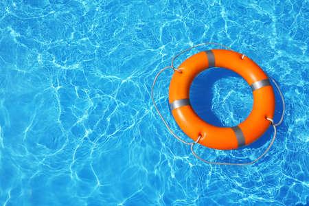 Koło ratunkowe pływające w basenie w słoneczny dzień, widok z góry z miejscem na tekst Zdjęcie Seryjne