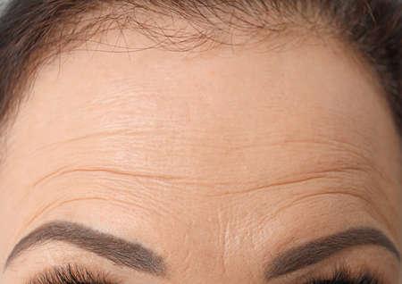 Mooie oudere vrouw, close-up van voorhoofd
