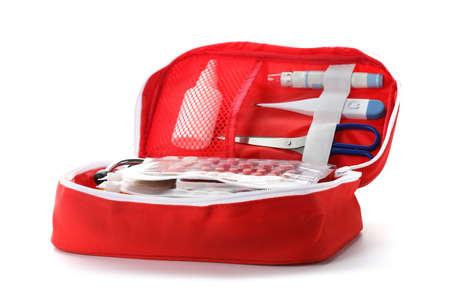Erste-Hilfe-Kasten auf weißem Hintergrund. Gesundheitsvorsorge Standard-Bild