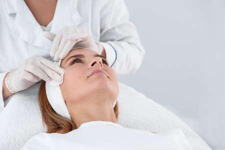 Mujer sometida a procedimiento de biorevitalización facial en el salón. Tratamiento cosmético Foto de archivo