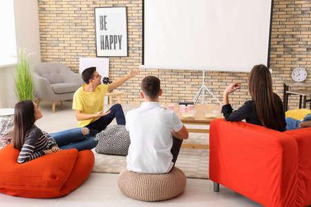 Junge Leute, die Film im Heimkino schauen