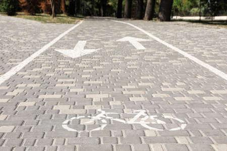 Carril para bicicletas con marcado en día soleado