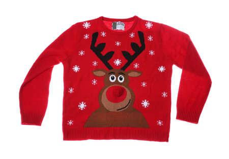 Warme Weihnachtsstrickjacke auf weißem Hintergrund. Saisonale Kleidung