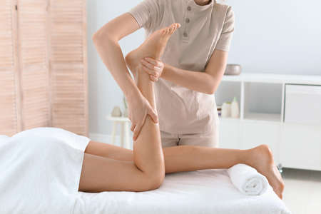 Woman receiving leg massage in wellness center Stockfoto