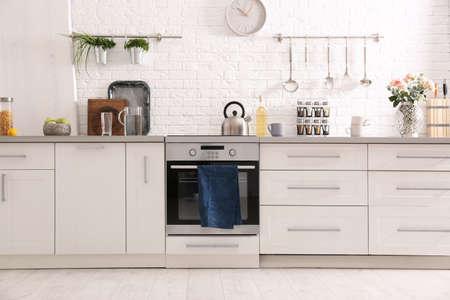 Luz interior de cocina moderna con horno nuevo Foto de archivo