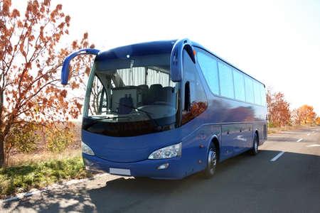 Moderner blauer Bus auf der Straße. Personenbeförderung Standard-Bild