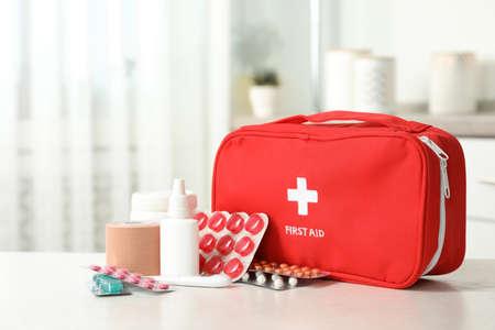Trousse de premiers soins avec pilules sur table à l'intérieur