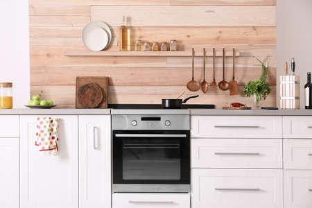 Heller moderner Kücheninnenraum mit neuem Ofen