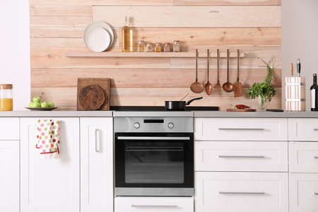 Interni cucina moderna leggera con nuovo forno
