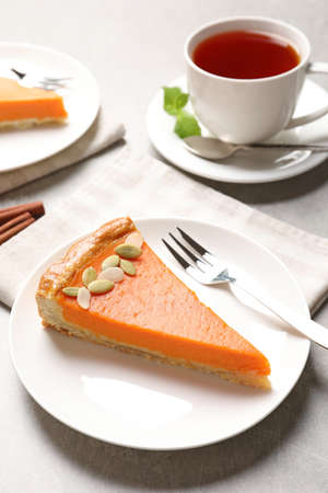 Plate with piece of fresh delicious homemade pumpkin pie on light table Stockfoto