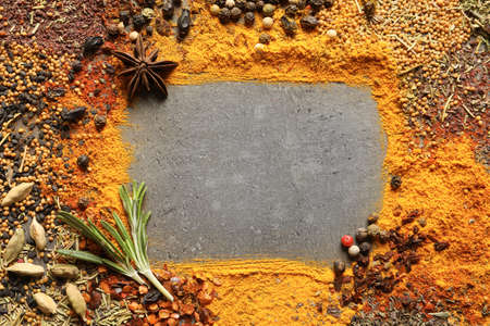 Frame made of different aromatic spices on gray background, top view with space for text 免版税图像