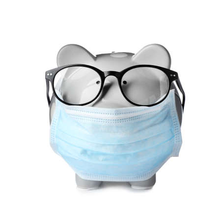Sparschwein mit Brille und Gesichtsmaske auf weißem Hintergrund Standard-Bild