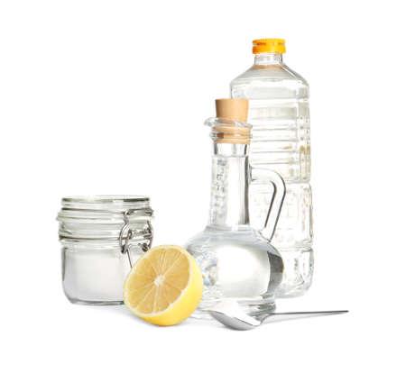 Komposition mit Essig, Zitrone und Backpulver auf weißem Hintergrund
