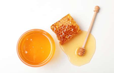 Composition avec du miel frais sur fond blanc, vue de dessus Banque d'images