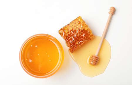 Komposition mit frischem Honig auf weißem Hintergrund, Ansicht von oben Standard-Bild