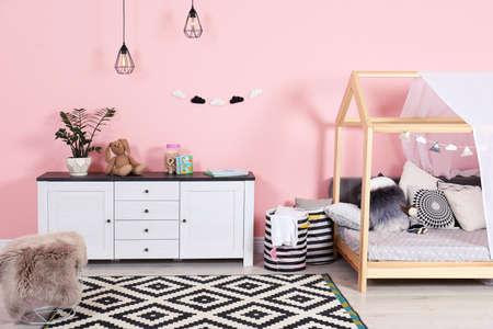Interno moderno della stanza dei bambini con un letto carino Archivio Fotografico