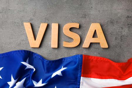Flache Laienzusammensetzung mit Wort VISA und Flagge der USA auf grauem Hintergrund
