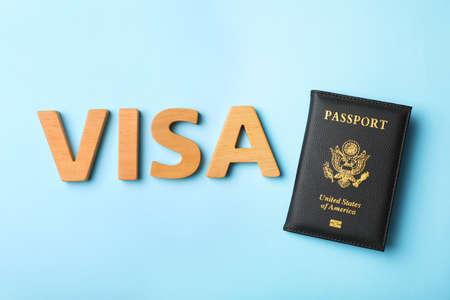 Flache Laienzusammensetzung mit Wort VISA und Reisepass der USA auf farbigem Hintergrund Standard-Bild