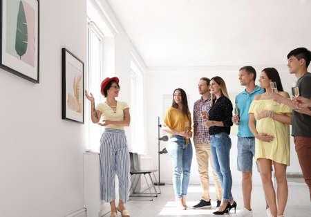 Groep mensen met gids bij tentoonstelling in kunstgalerie