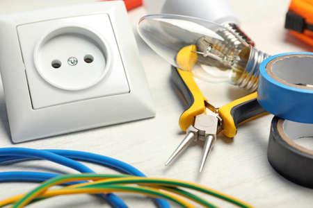 Set elektriciensgereedschap op lichttafel