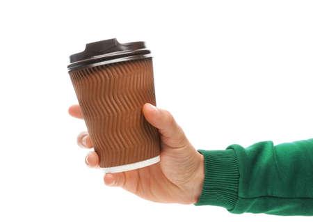 Hombre sujetando la taza de café de papel para llevar sobre fondo blanco.