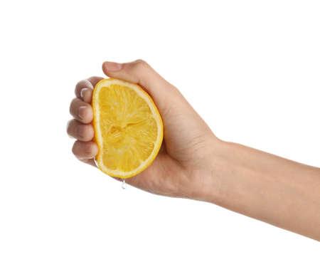 Femme pressant du jus de citron frais isolé sur fond blanc, gros plan Banque d'images