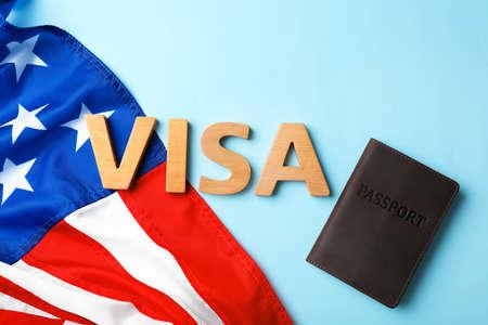 Flache Laienzusammensetzung mit Wort VISA, Reisepass und Flagge der USA auf farbigem Hintergrund