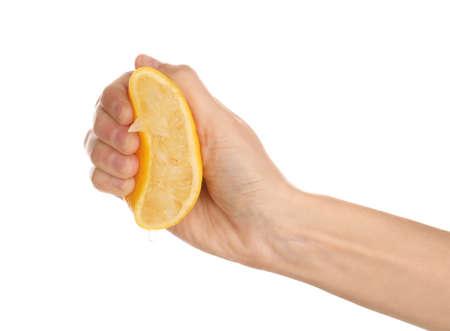 Femme pressant du jus de citron frais isolé sur blanc, gros plan