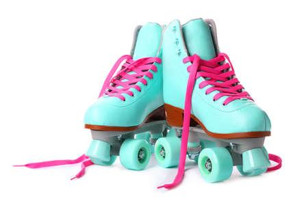 Par de patines con estilo brillante sobre fondo blanco. Foto de archivo
