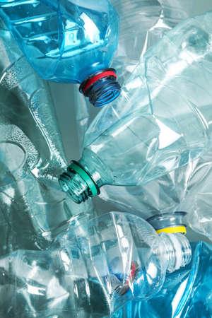 Molte bottiglie di plastica come sfondo, primo piano. Riciclare il concetto