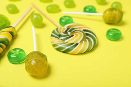 Many different tasty candies on color background, closeup Banque d'images