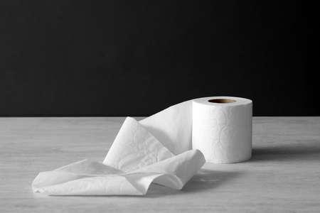 Rollo de papel higiénico suave sobre mesa de luz