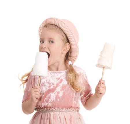 Niña linda con caramelos de algodón sobre fondo blanco.